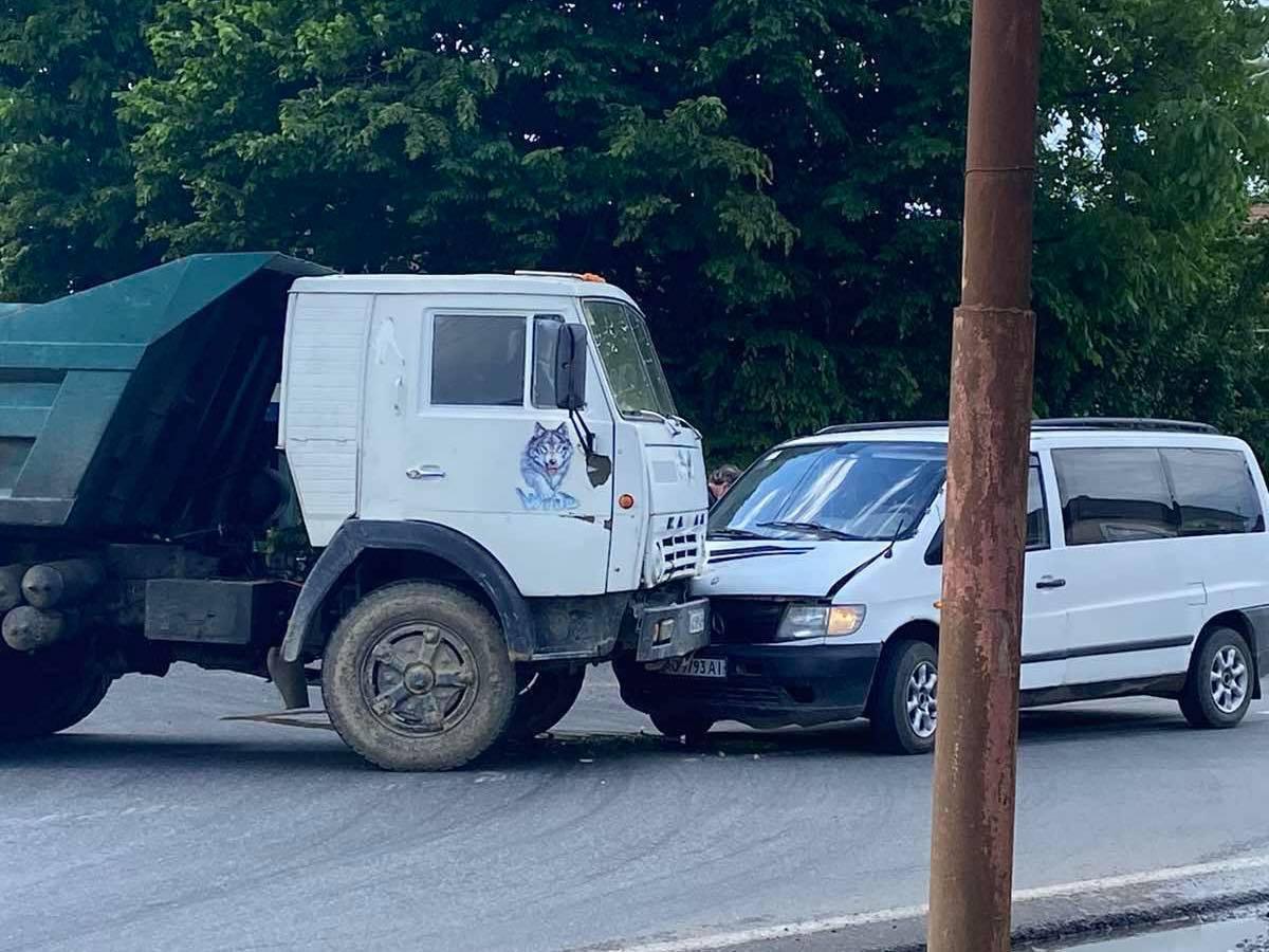 З'явилося відео з місця ранкової ДТП в Мукачеві за участі мікроавтобусу та вантажівки (ФОТО, ВІДЕО)